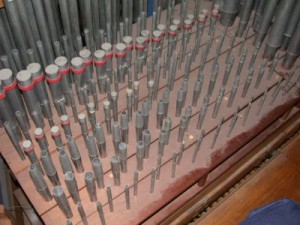 Een deel van het pijpwerk binnen in het orgel